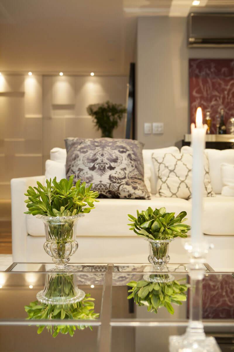 Sala de estar com mesas de centro da Artefacto e lareira dividindo ambientes. Poltrona da Sierra.