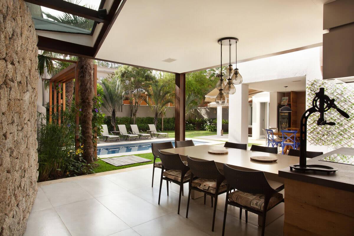 Integrado com a piscina e com o jardim, o anexo gourmet é o ponto preferido dos proprietários para receber amigos e degustar um bom vinho.
