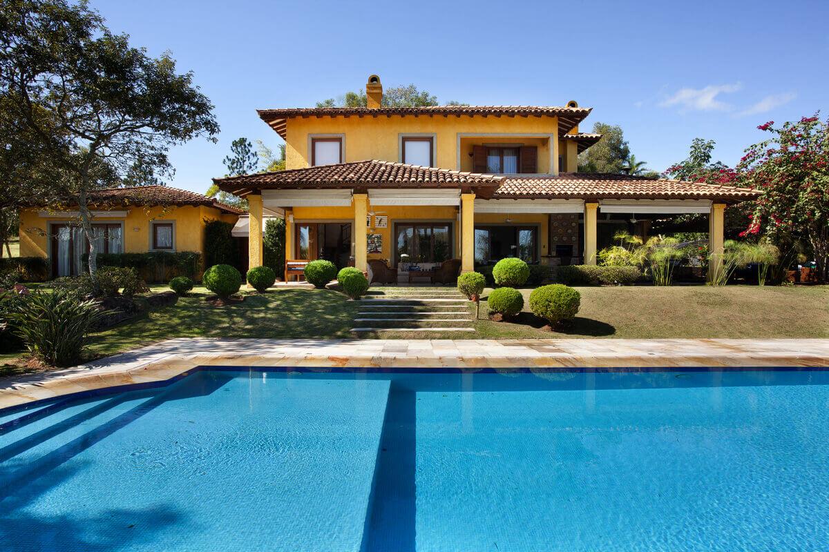 Casa no condomínio Quinta da Baroneza. Estilo vila Italiana com piscina em primeiro plano.