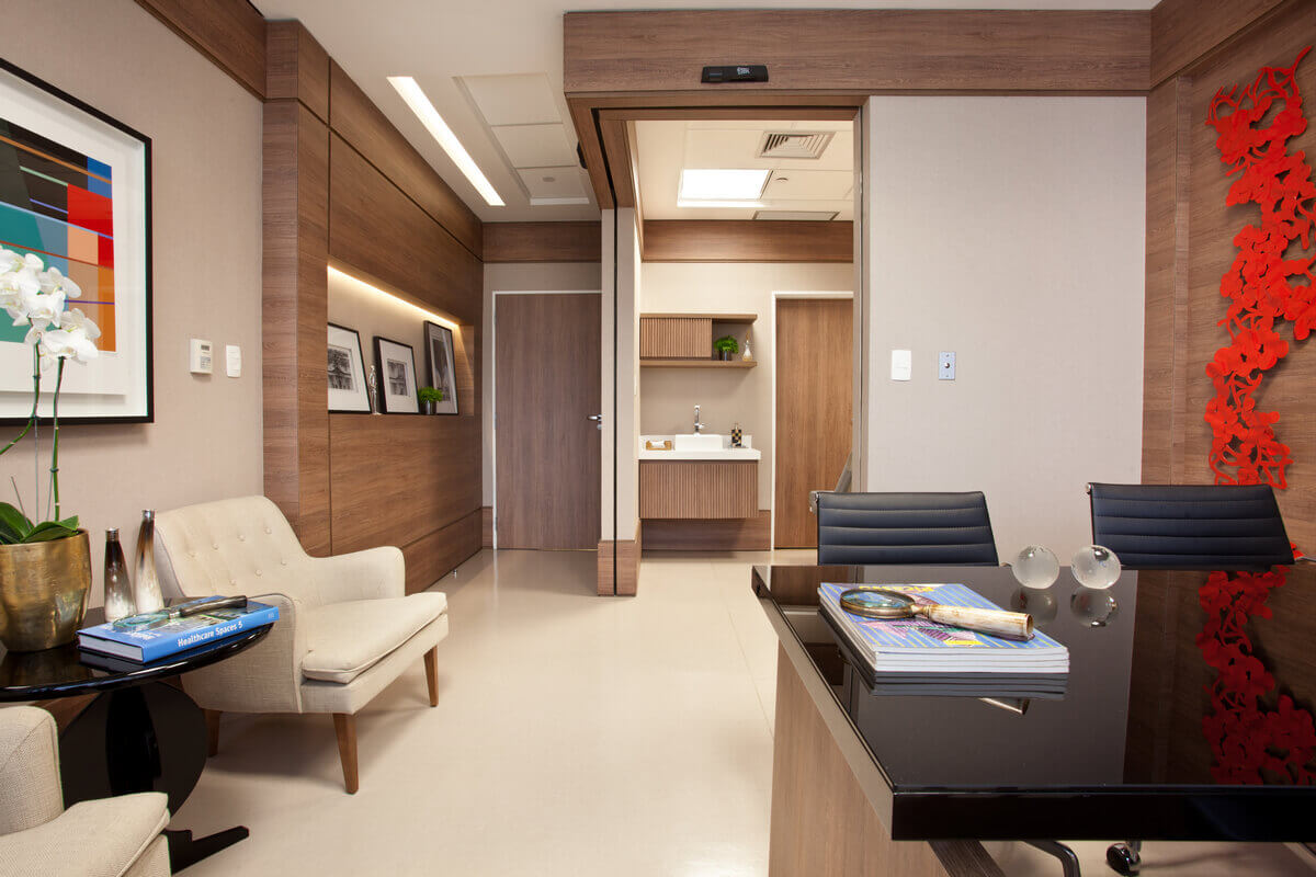 Consultório médico no Hospital Albert Einstein. Rodapés e roda-tetos em madeira.