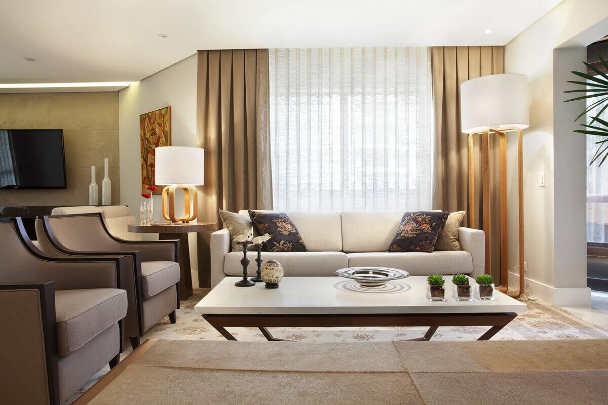 Living com cortinas de palha de seda da Nani Chinelatto. Mesa de centro de pergaminho da Vermeil e luminárias da Dominic.