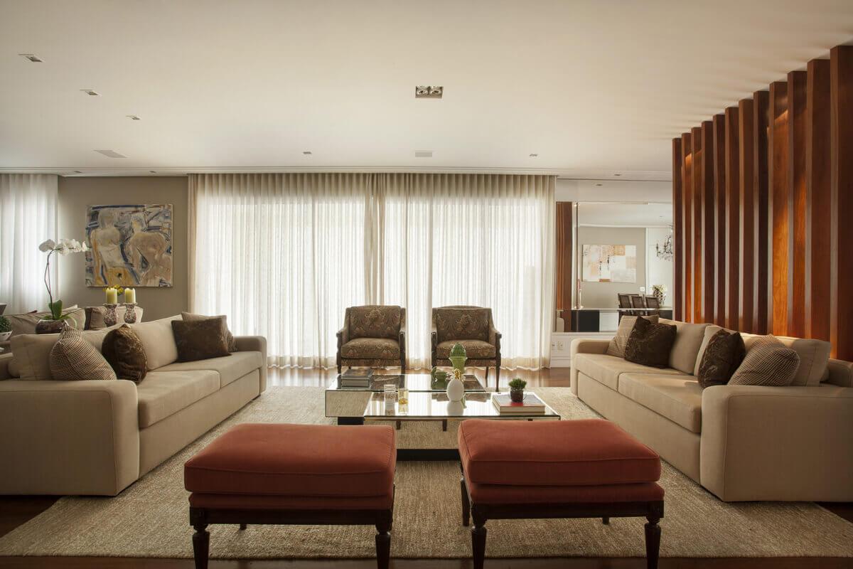 Living em sala integrada, com mesas de centro em espelho. Poltronas da Jocal Moveis e tecidos da Entreposto.