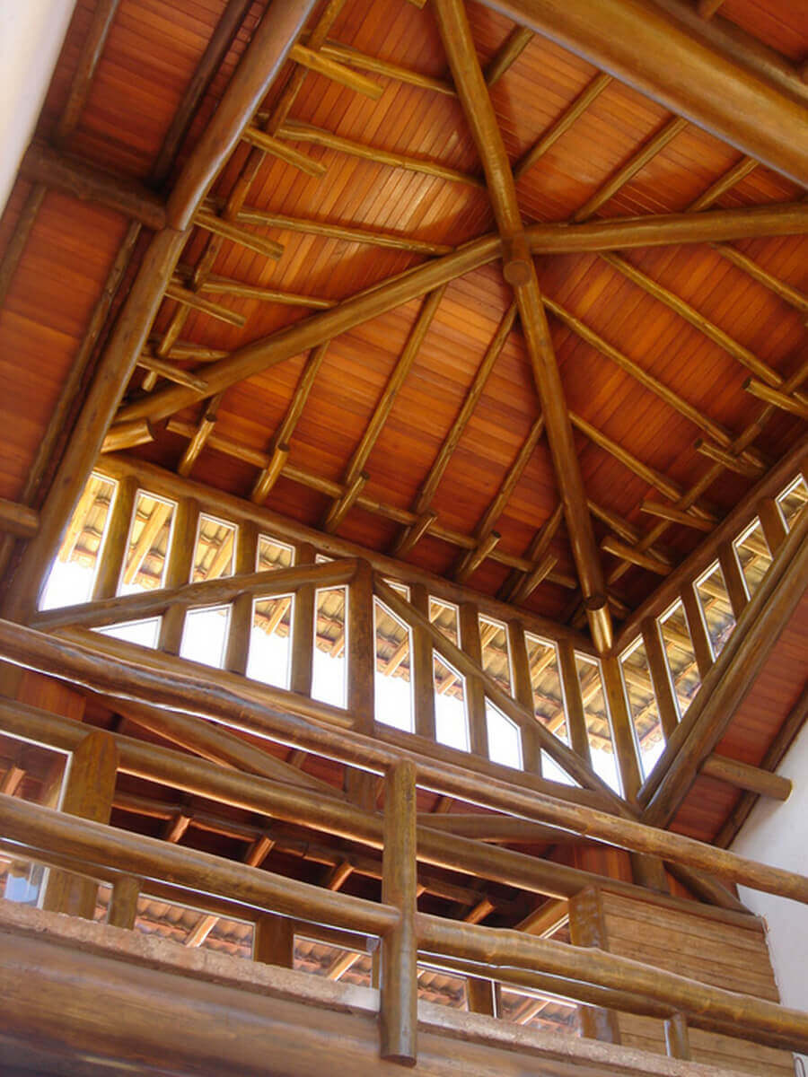 Detalhe do lanternim feito em eucalipto autoclavado. Forro em madeira e guarda-corpo do andar superior.