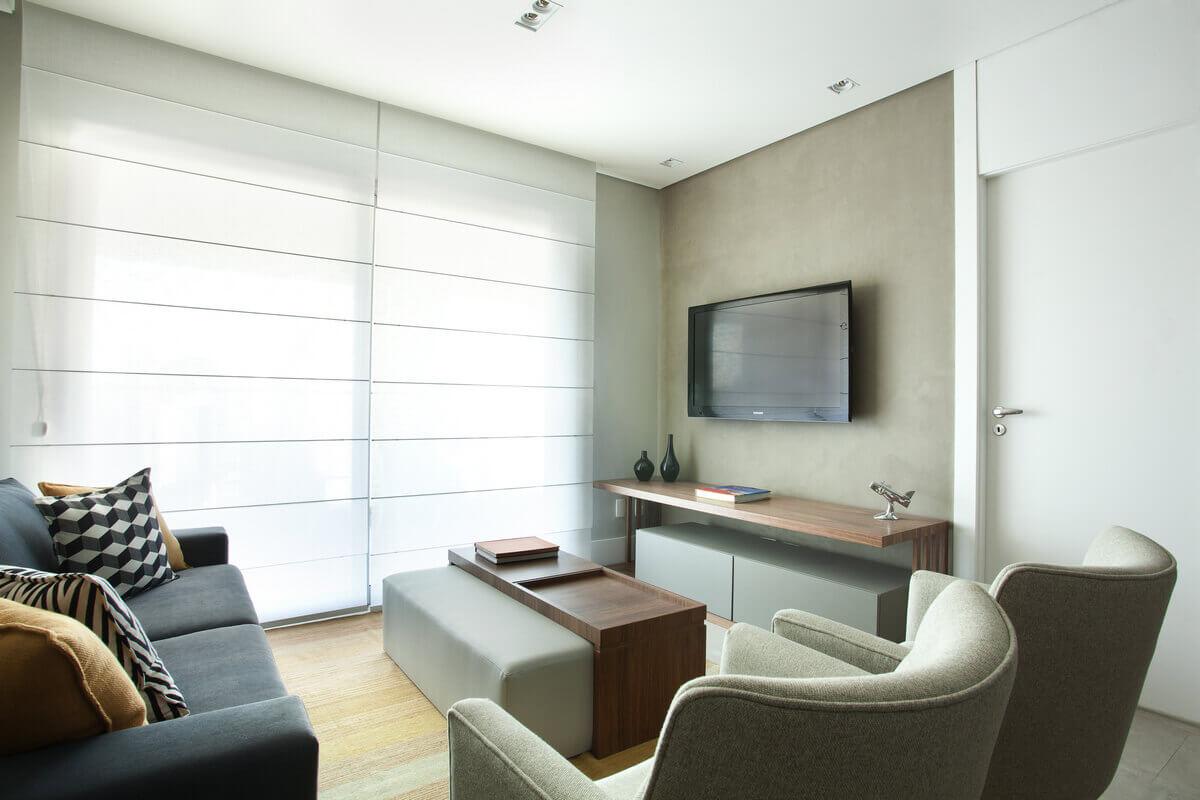Sala de estar pequena com parede pintada com Havana da Bricolagem, com TV e móvel de apoio.