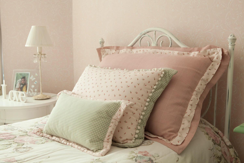 Detalhe para o porta travesseiros com tecidos florais da Entreposto e confecção da Casa Mineira.