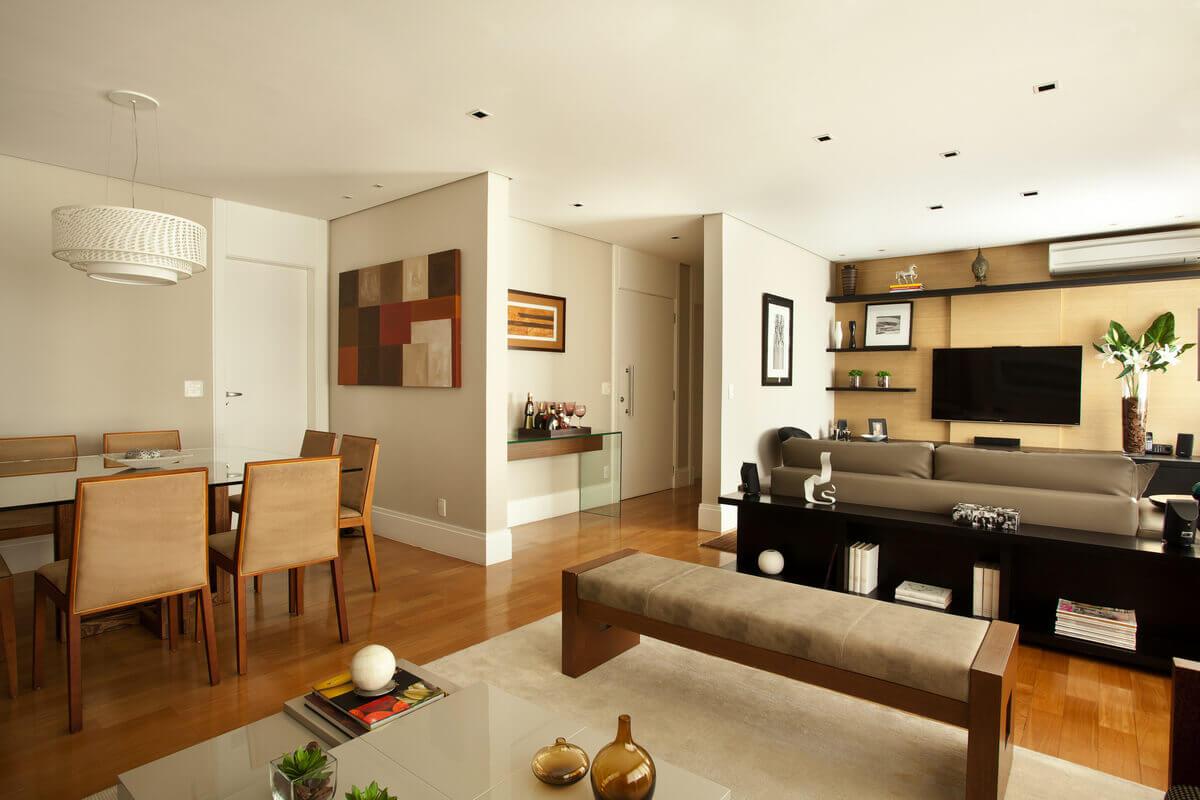 Sala integrada com painel de TV em palha de seda e aparador da Artefacto.