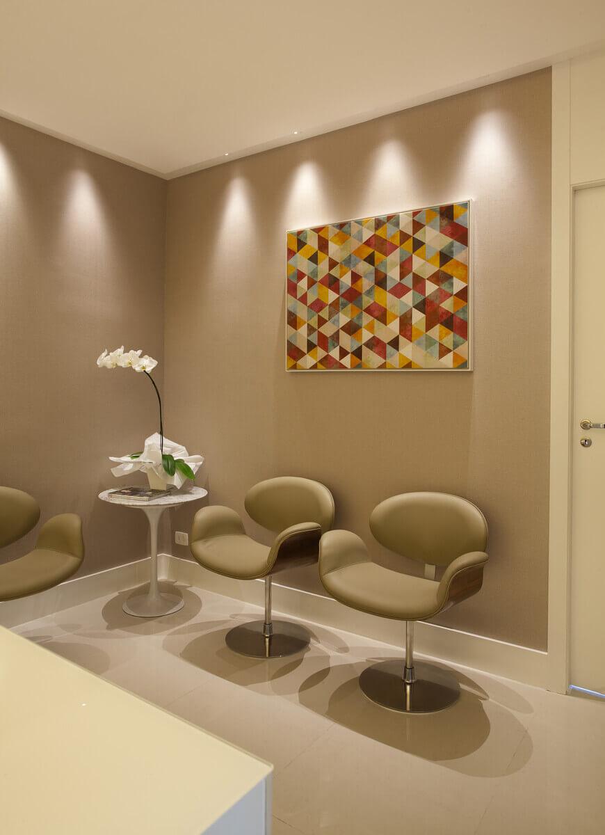 Canto da recepção com poltronas Tulipa, papel de parede e mesa Saarinen.