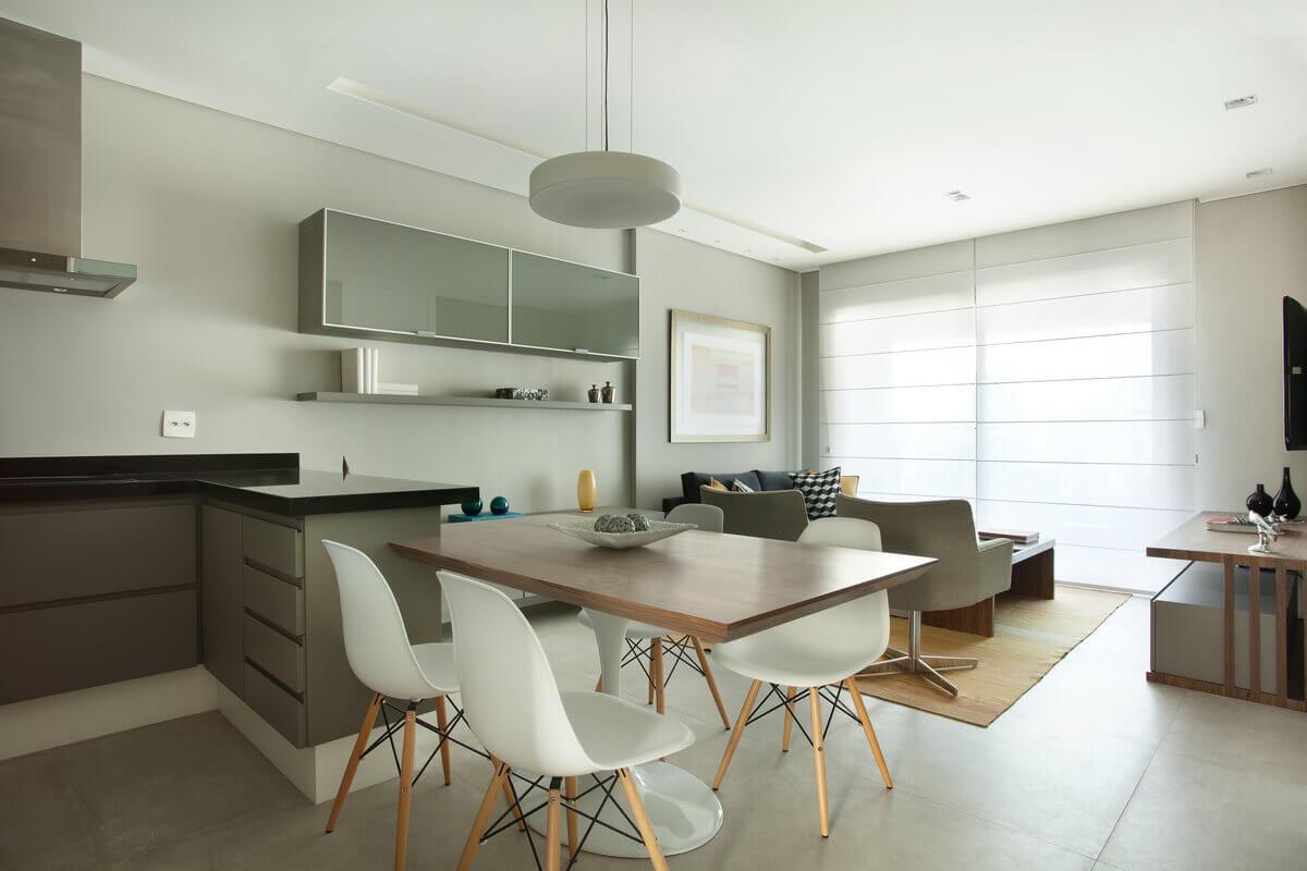 Cozinha e sala integradas, com predominância do cinza.