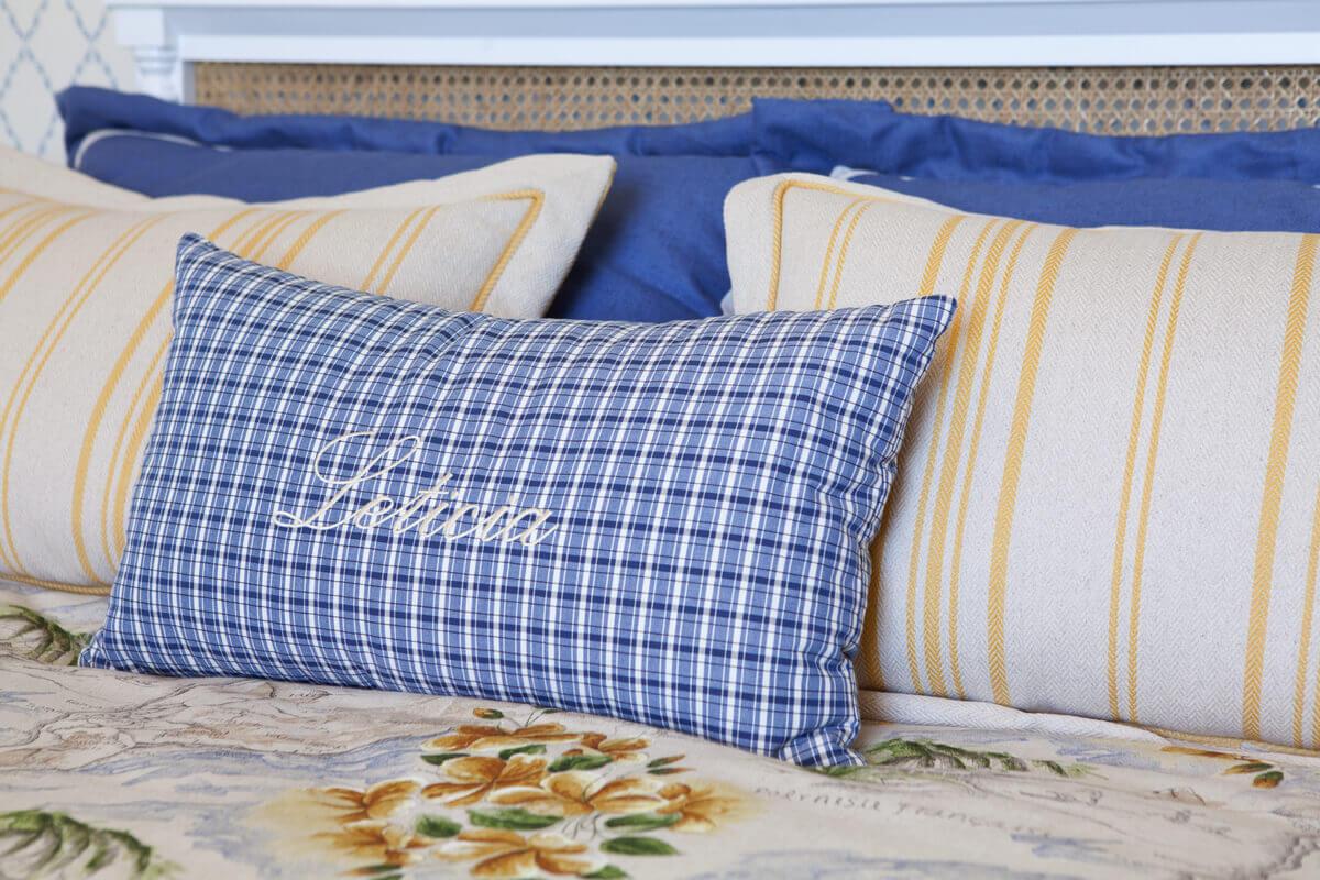 Composição de almofadas para cama em tecidos da Entreposto e confecção da Casa Mineira.