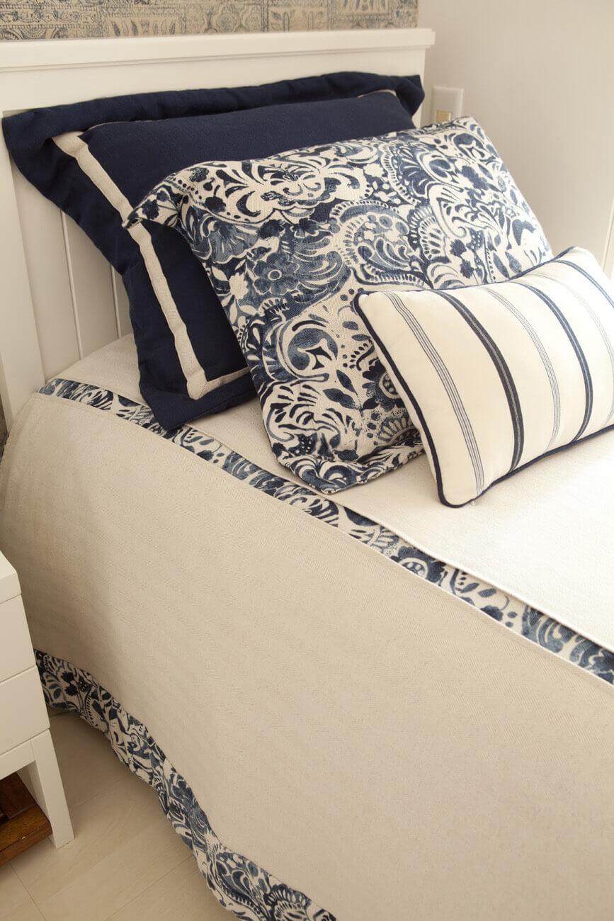 Porta travesseiros e colcha com tecidos azul e branco da Entrepostos e confecção da Casa Mineira.