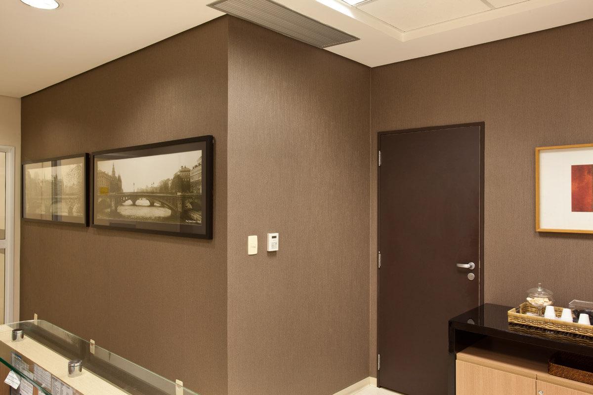 Recepção com papel de parede e fotografias em Fine Art