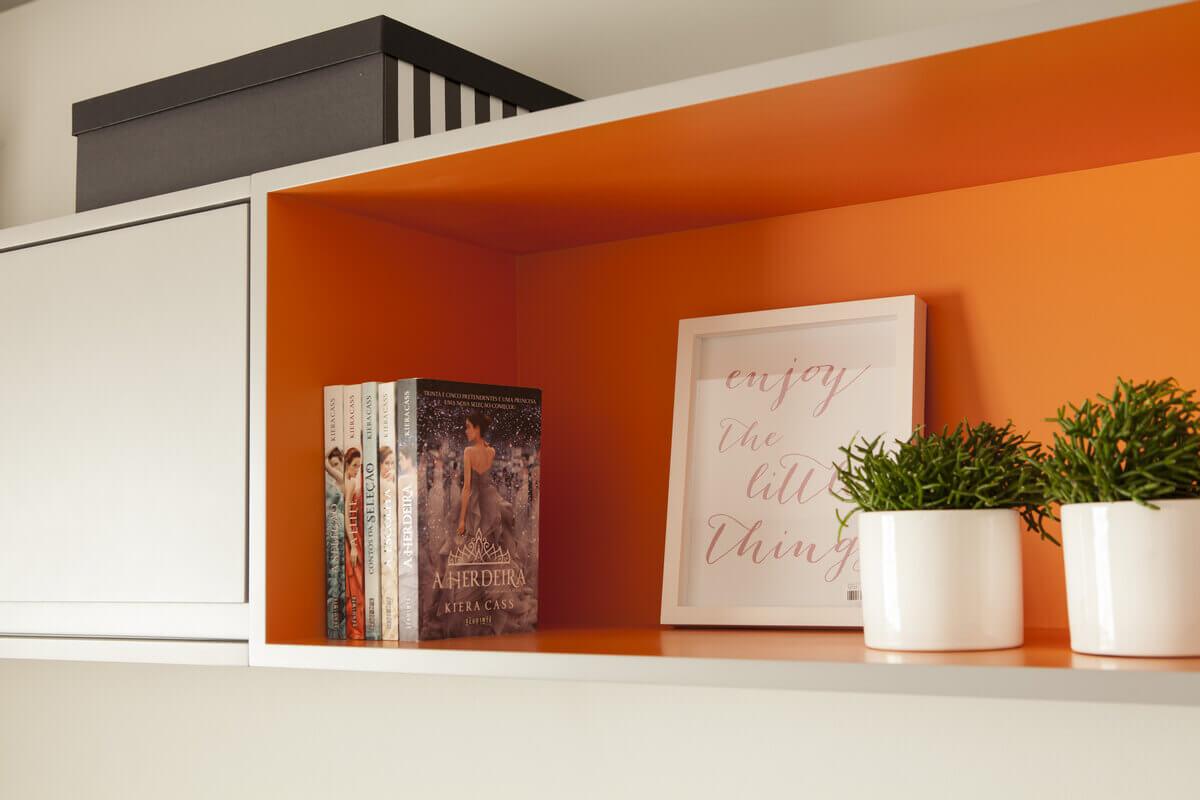 Detalhe do nicho laranja que destaca os objetos.