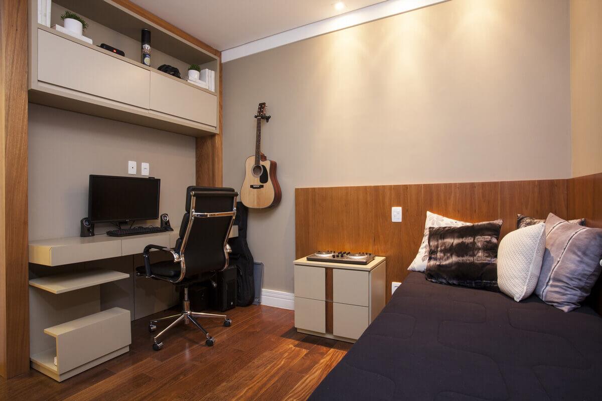 Quarto masculino com espaço para o violão e marcenaria em madeira freijó e laca fendi.