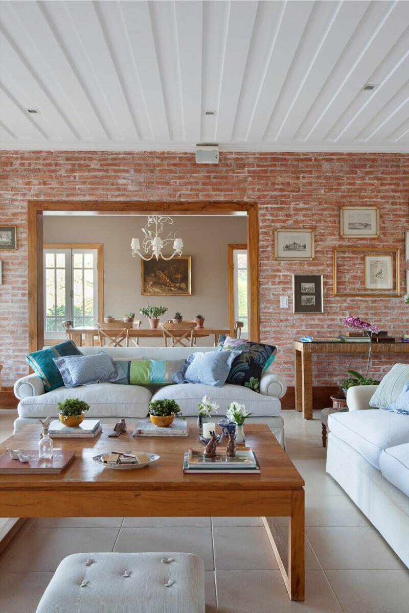 Sala de estar com parede de tijolos rústicos.