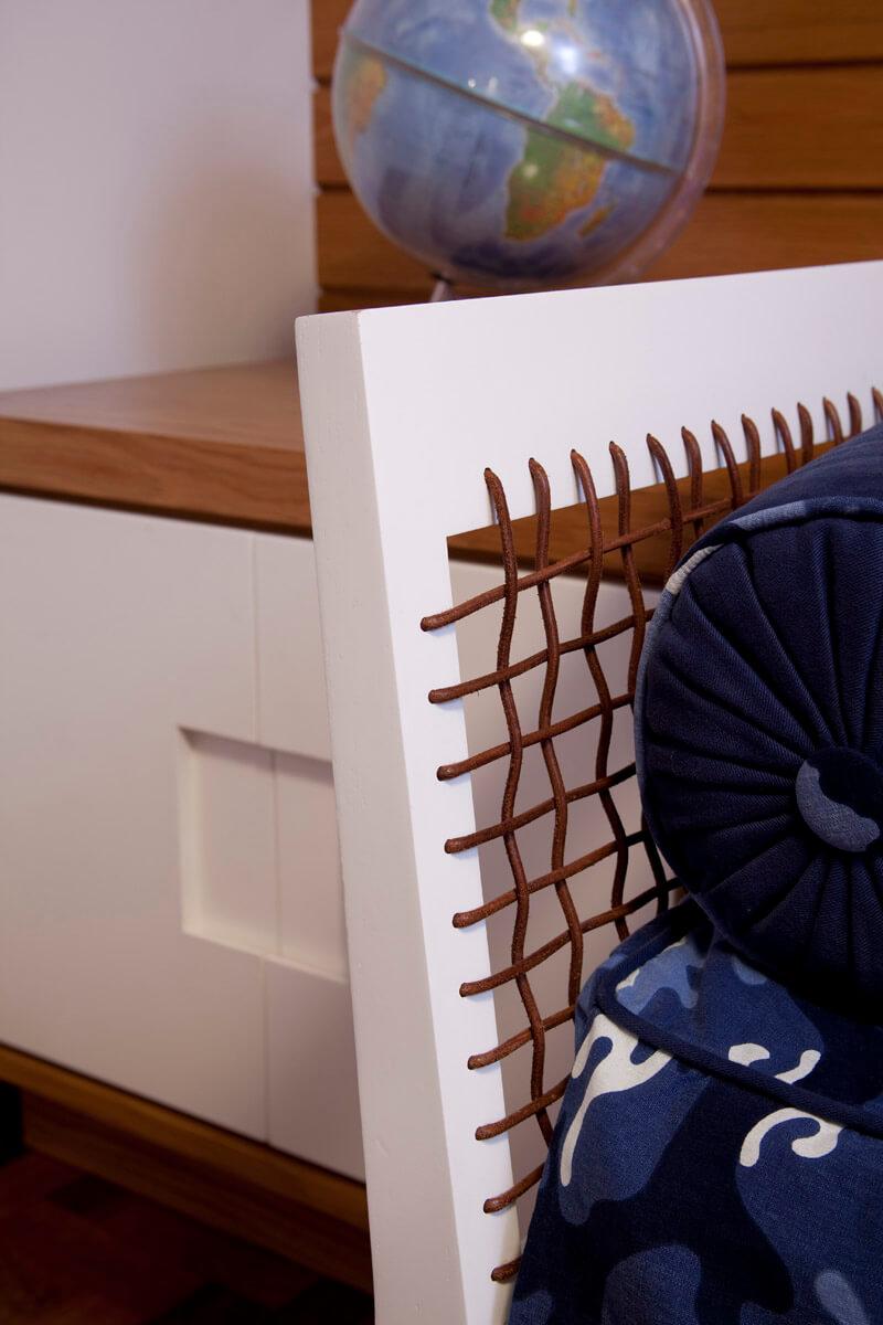 Detalhe da cama com tiras de couro da Casa pronta Móveis.