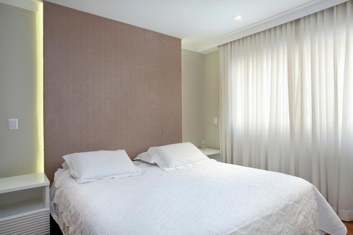 Painel revestido em papel de parede com iluminação por trás serve como cabeceira