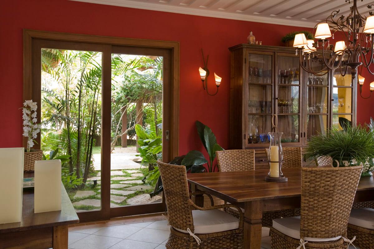 Sala De Jantar Com Destaque Para Cristaleira Na Parede Vermelha E  -> Parede Sala Decorada Gesso
