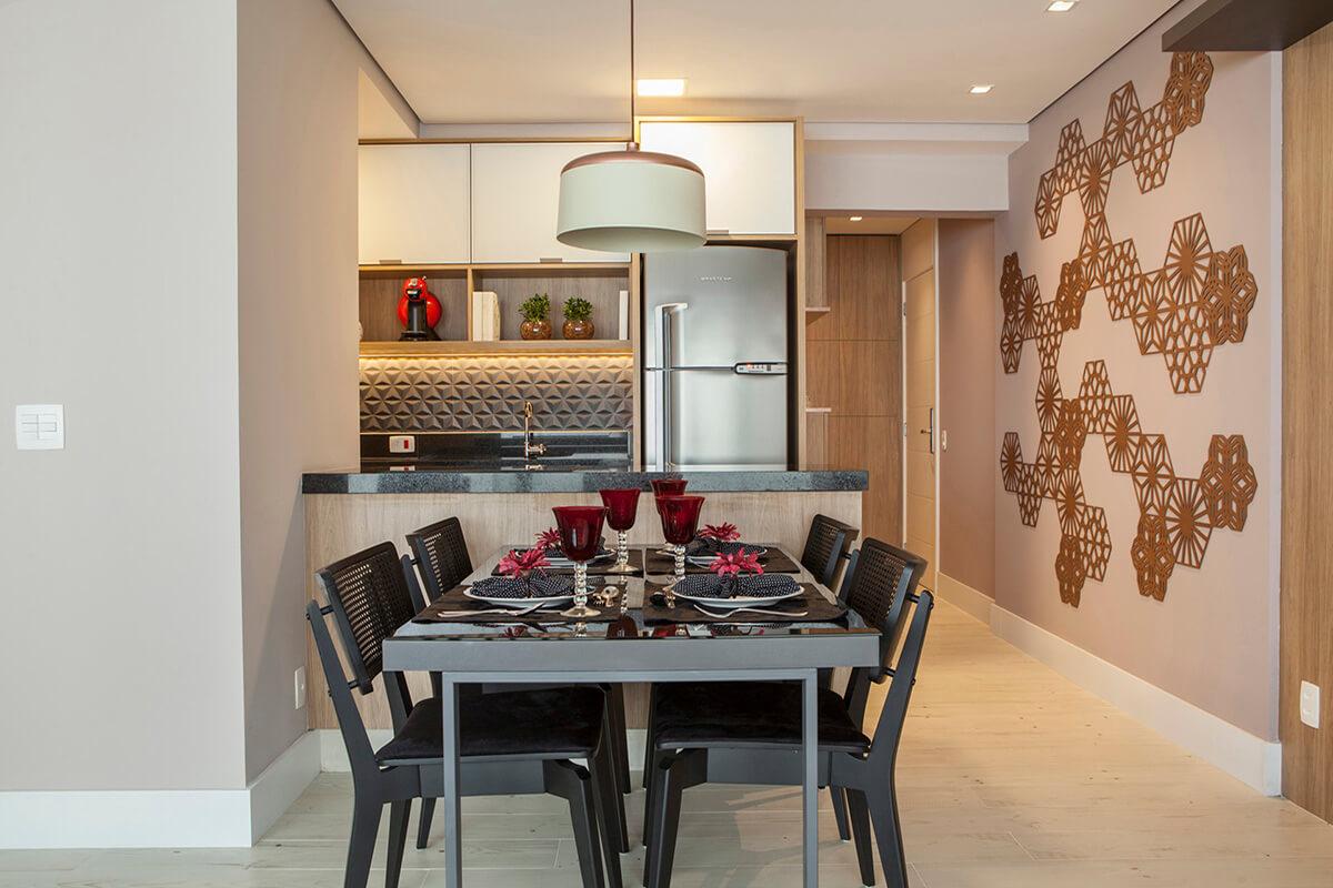 cozinha e sala integrada. revestimento preto e parede com mosarte