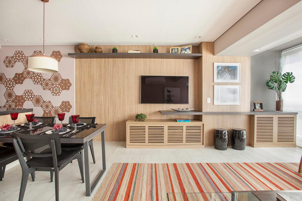 painel de TV em madeira com movel ripado integrado a adega- sala e varanda integradas