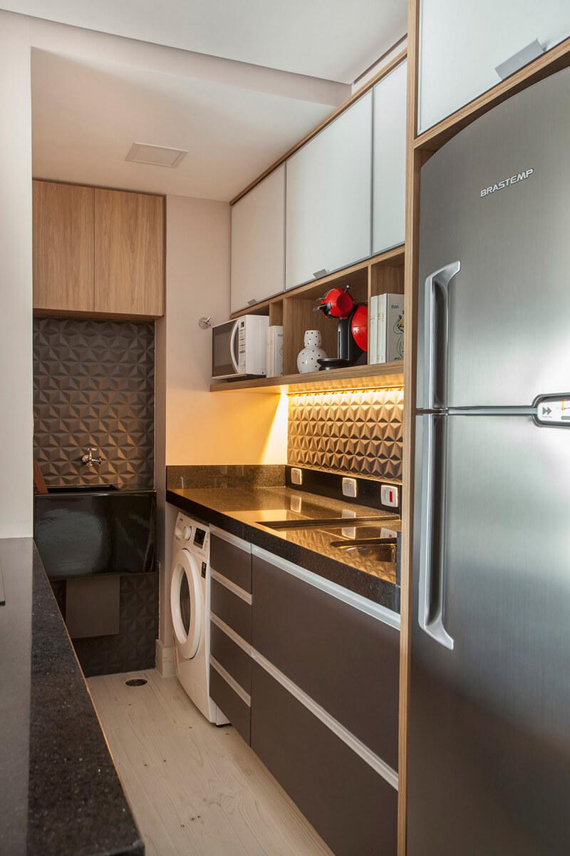 cozinha pequena integrada com revestimento 3d na cor preta, destacando o tanque preto da Deca
