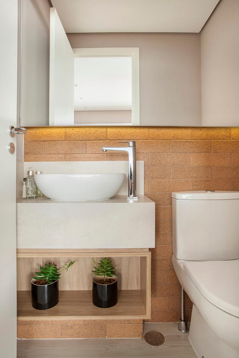 lavabo com parede de tijolinho, nicho e espelho com fita de led