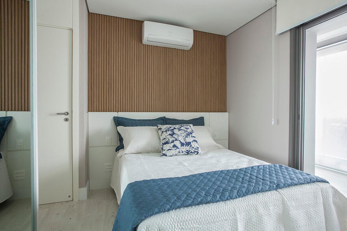 cama com cabeceira em laca branca e painel ripado em mdf com fita de led