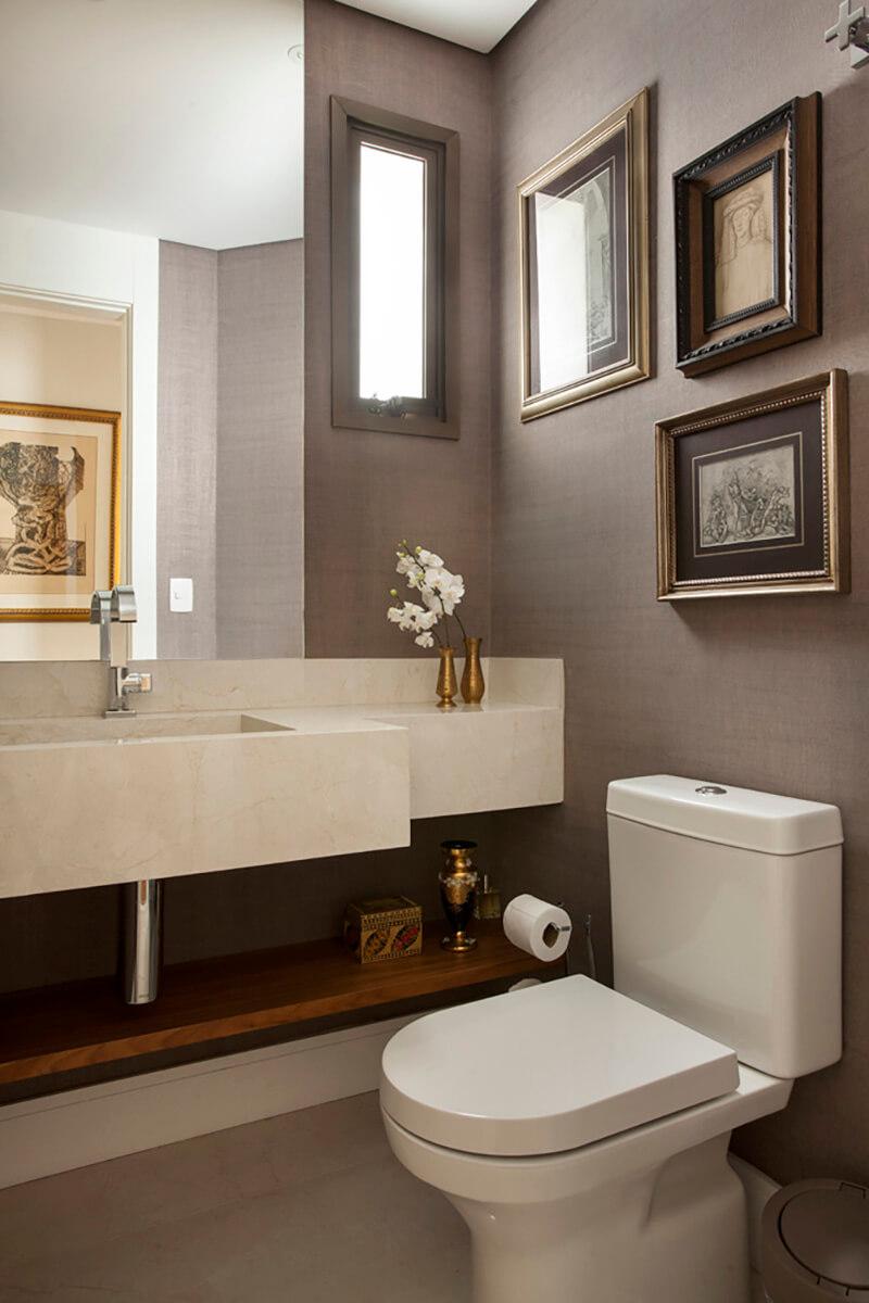 lavabo com papel de parede e composição de gravuras.