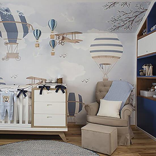 quarto de bebe em tons de azul com adesivos de balões nas paredes, berço integrado com a comoda