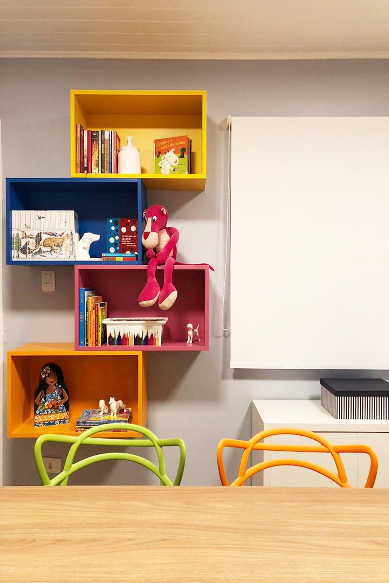 nichos coloridos para livros e jogos na sala de estudos