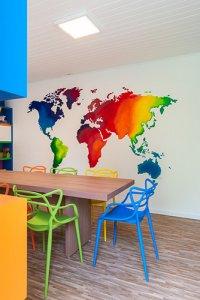 sala de estudos com mapa mundi e marcenaria alegre e colorida