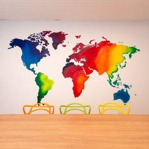 sala de estudos com mapa mundi colorido degrade pintado na parede