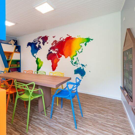 sala de estudos com pintura de mapa mundi na parede