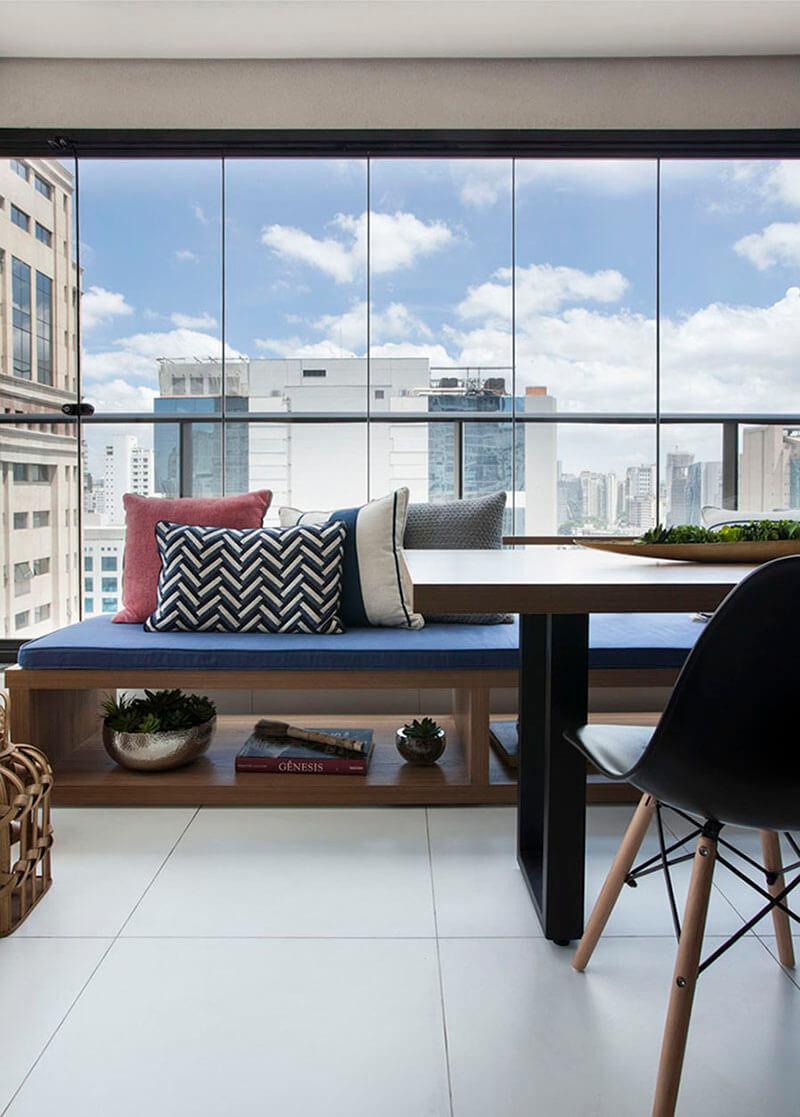 banco na varanda em madeira com composição de almofadas 3