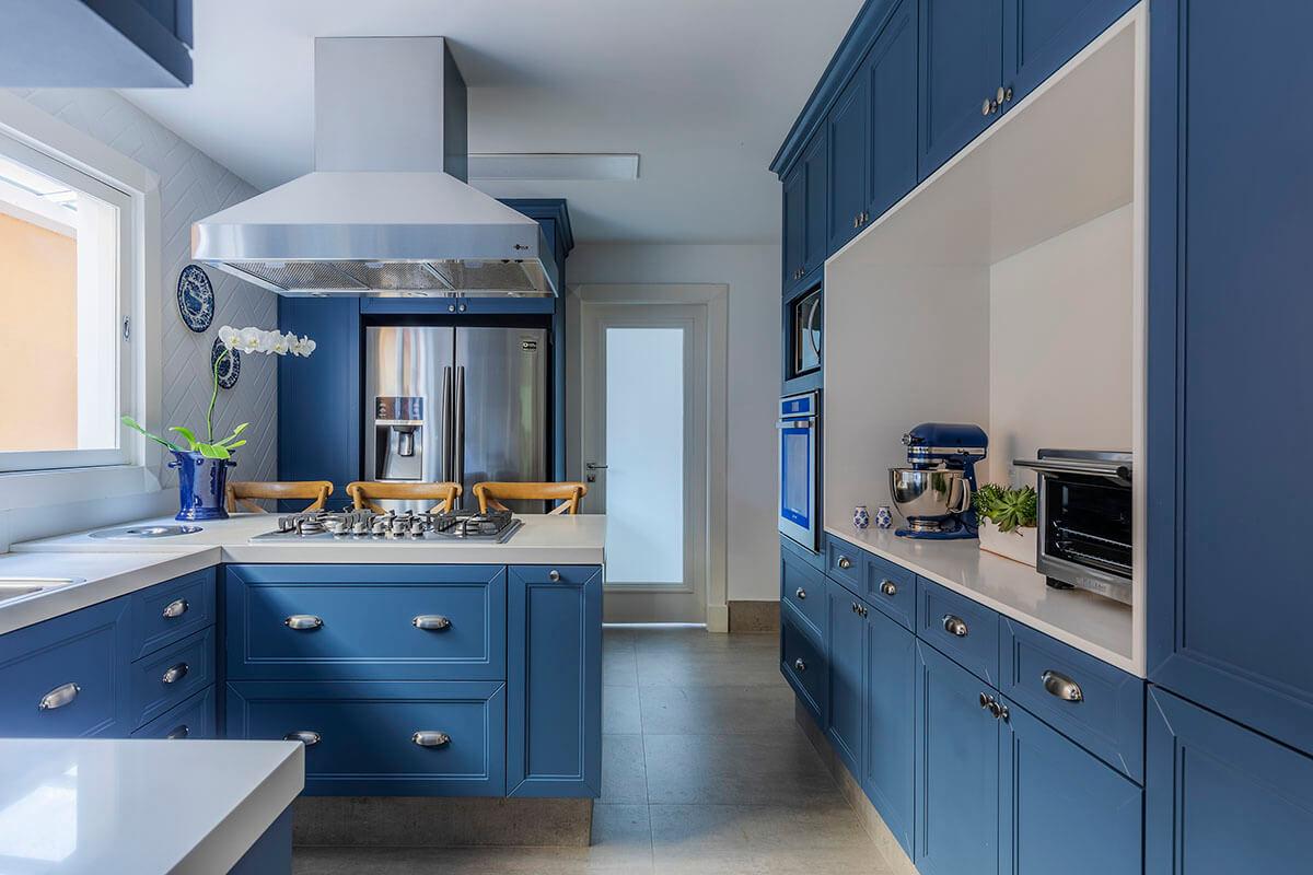 cozinha provençal com armarios azuis e tampo branco e piso de concreto 2 - Copia