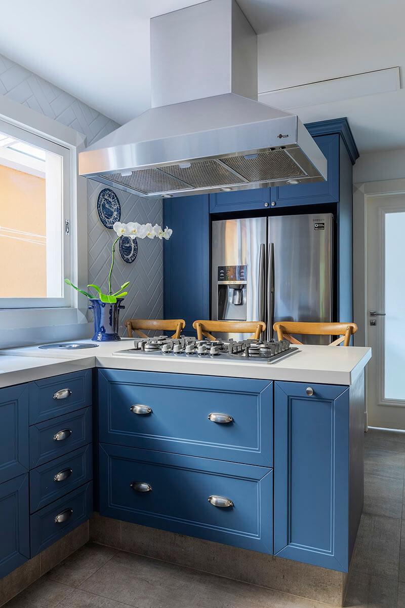 cozinha provençal com armarios azuis e tampo branco
