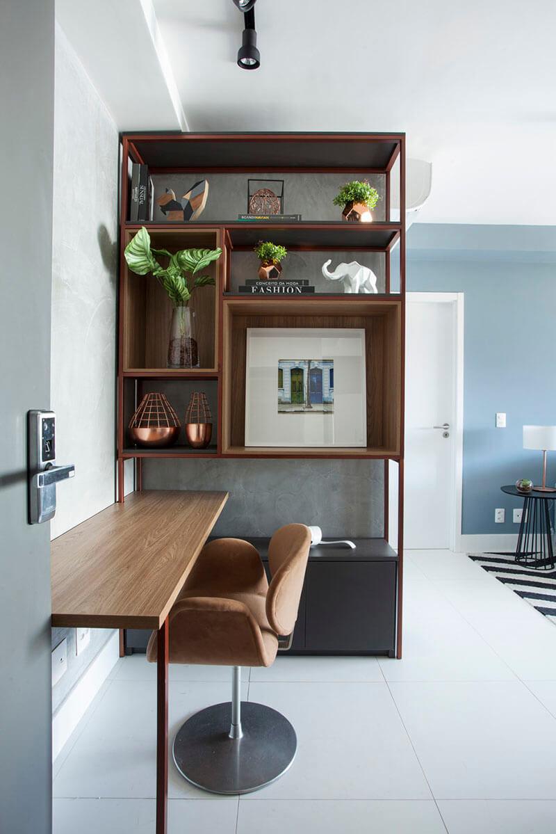 estante em ferro e madeira com nichos e escrivaninha integrada