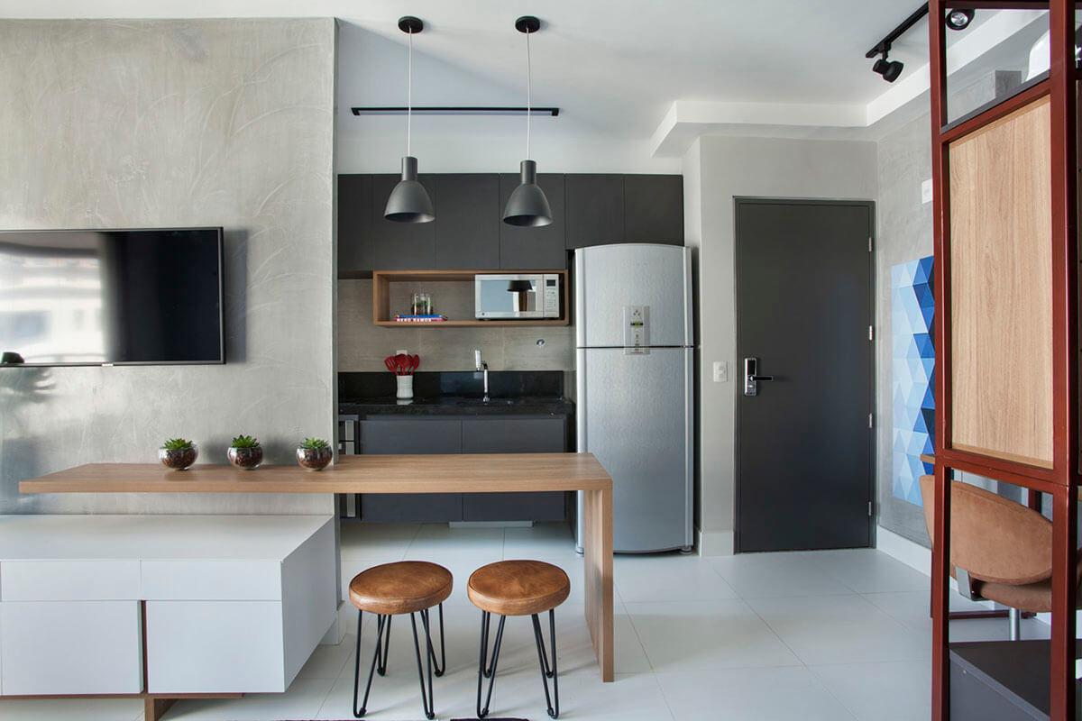 inetegração da cozinha e sala com bancada para comer acoplada ao movel e painel da Tv