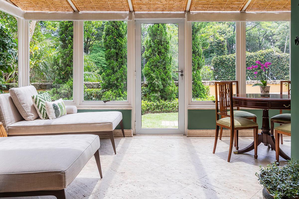 jardim de inverno com paredes verdes e forro em bambu 1