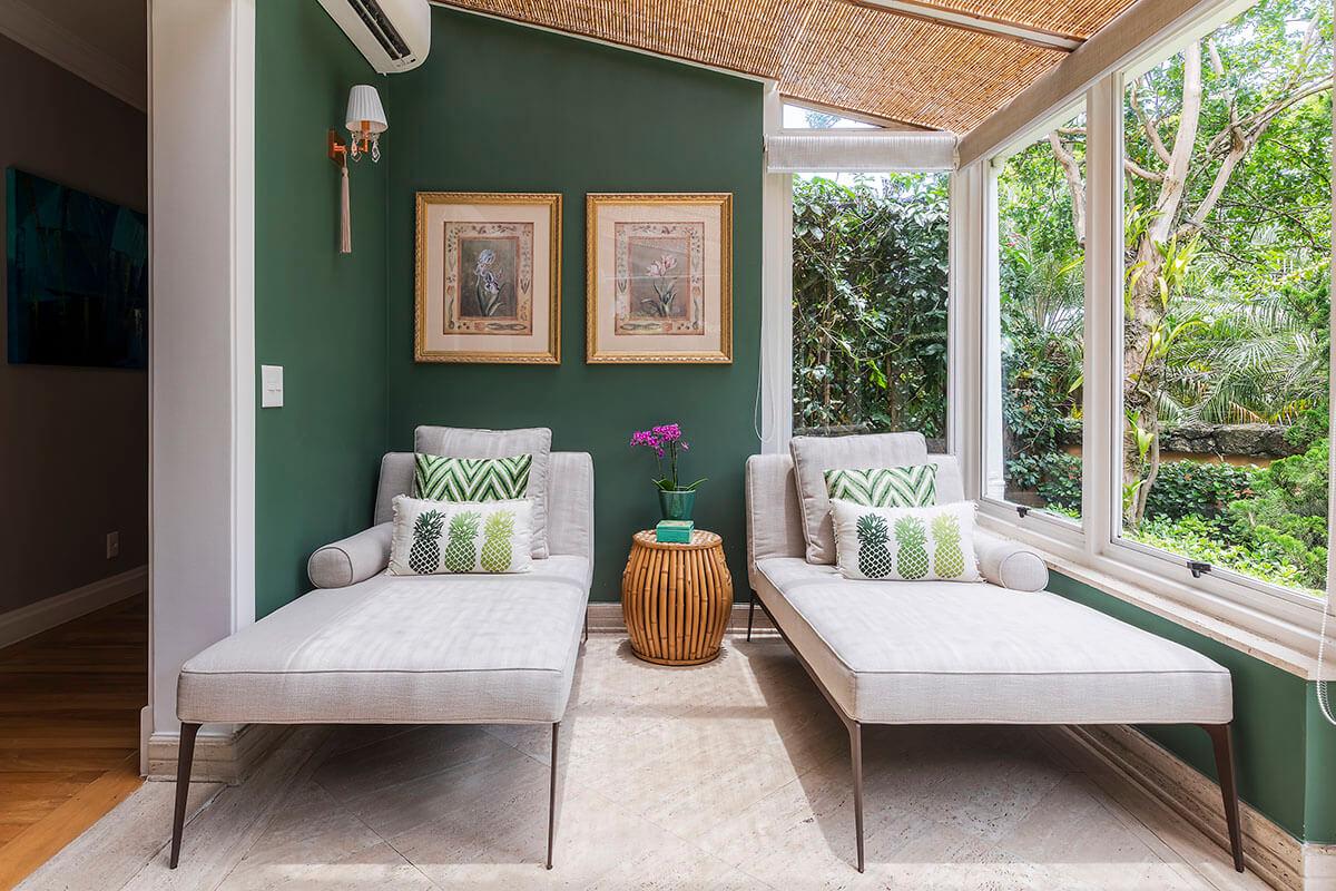 jardim de inverno com paredes verdes e forro em bambu