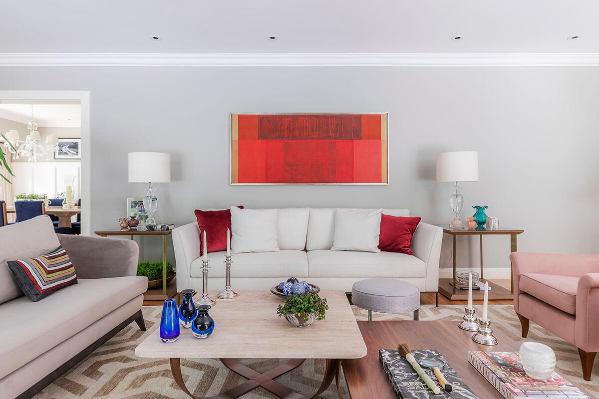 living com mesas componiveis, tapete geometricoe quadro vermelho