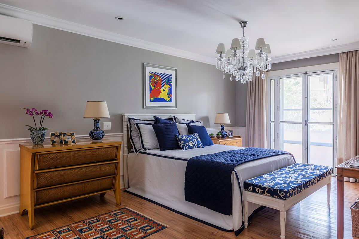 quarto de casal com boiserie e enxoval em azul e branco 2