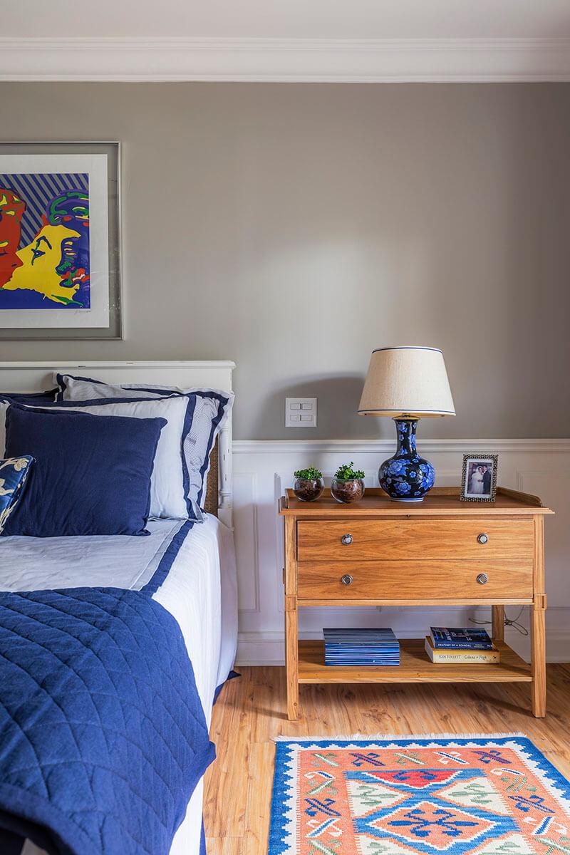 quarto de casal com boiserie e enxoval em azul e branco e criado em madeira