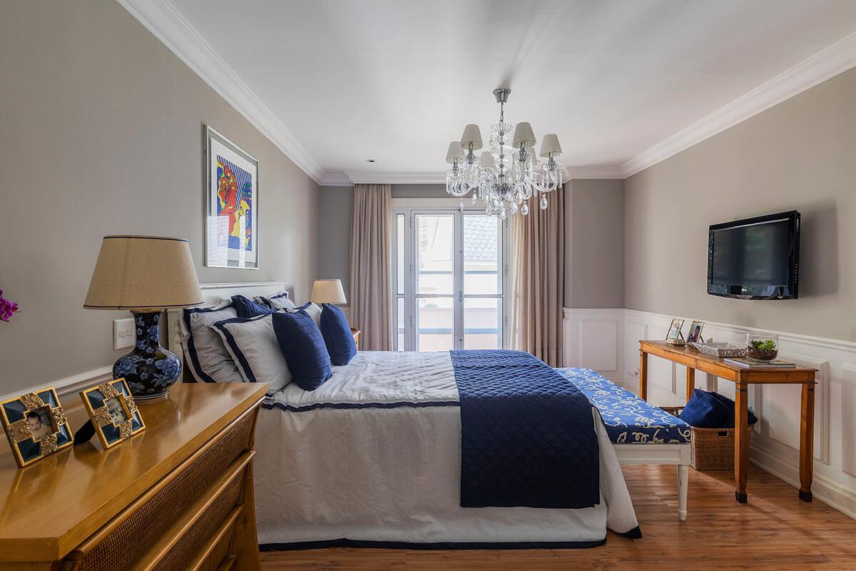 quarto de casal com boiserie e enxoval em azul e branco