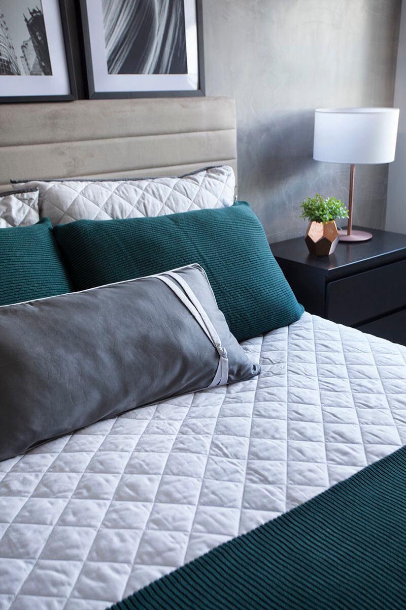 quarto de casal com detalhe em verde e cinza
