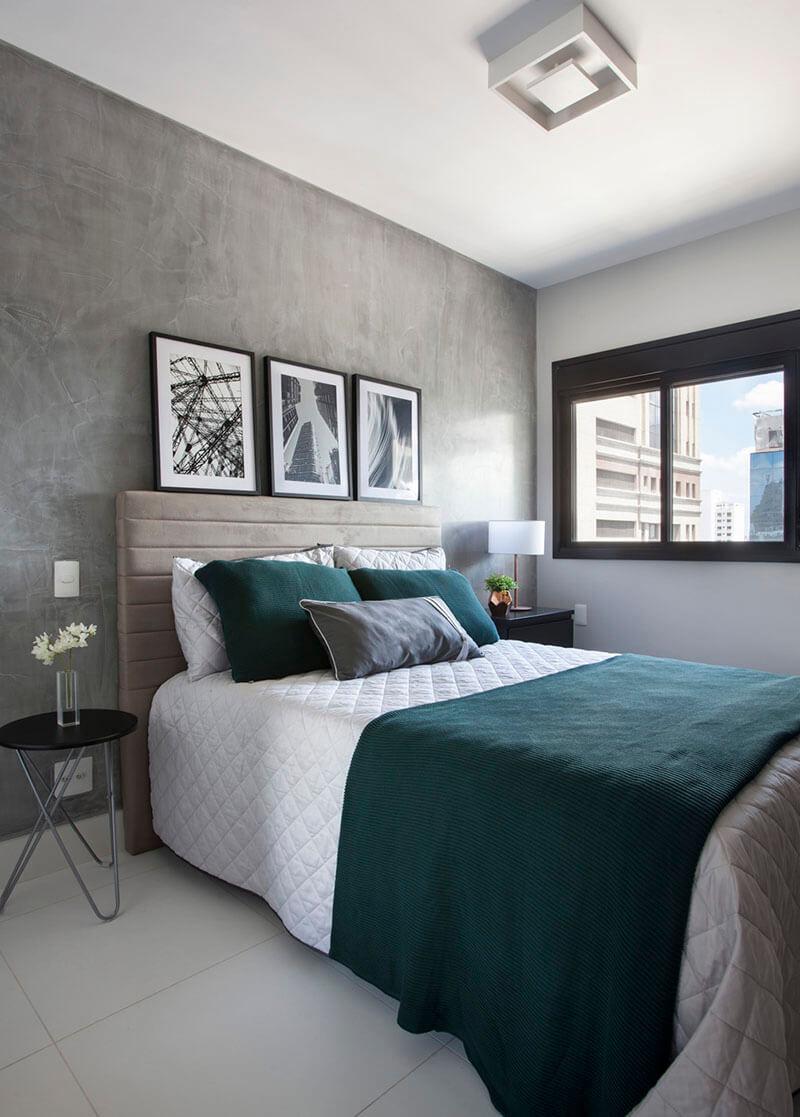 quarto de casal com paredes de comento queimado e enxoval em cinza e verde