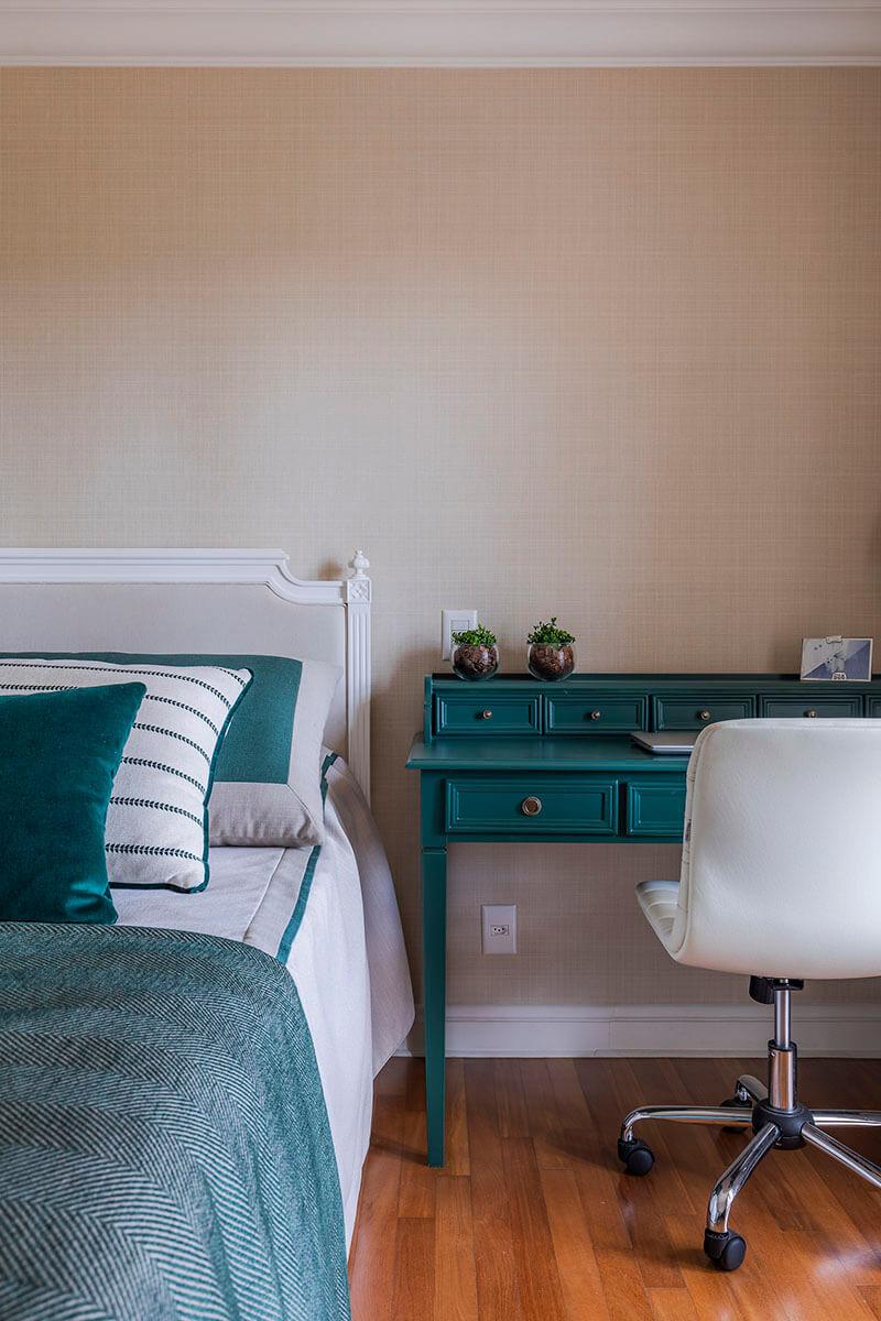 quarto de jovem em tons de bege e verde com papel de parede