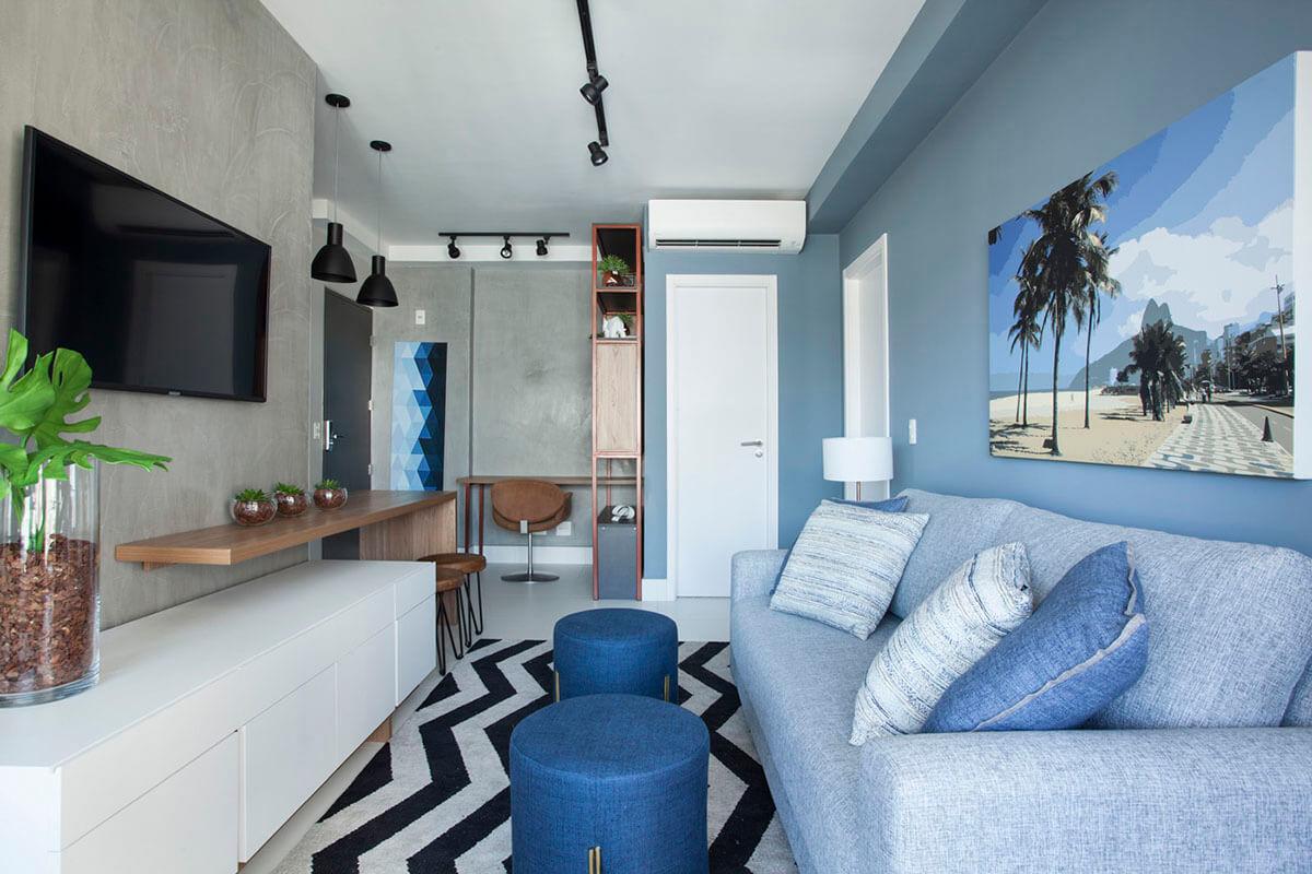 sala com parede azul e de cimento queimado da suvinil com tapete geometrico .jpg