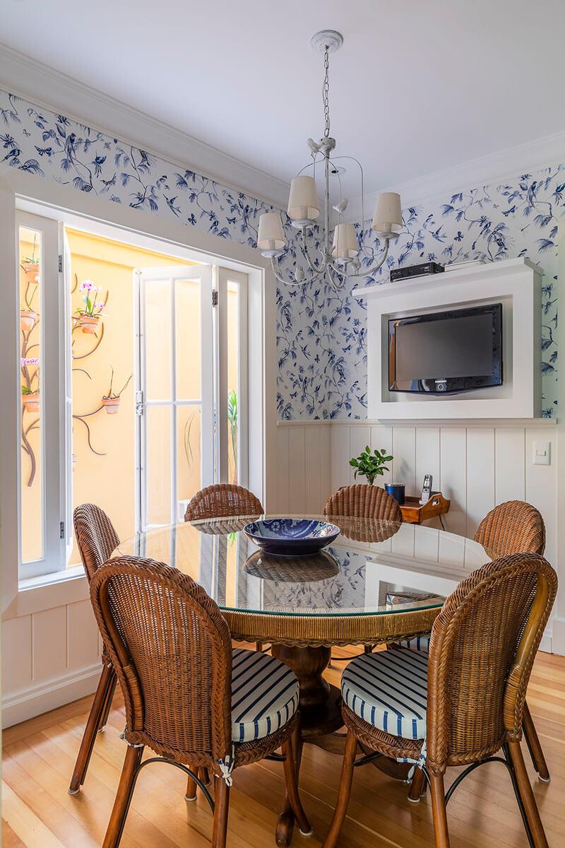 sala de almoço povençal com armarios azuis e papel de parede de passarinhos 1 jpg