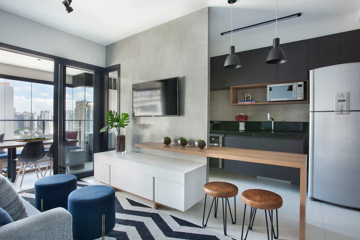 sala e cozinha integradas com painsel de Tv em cimento queimado