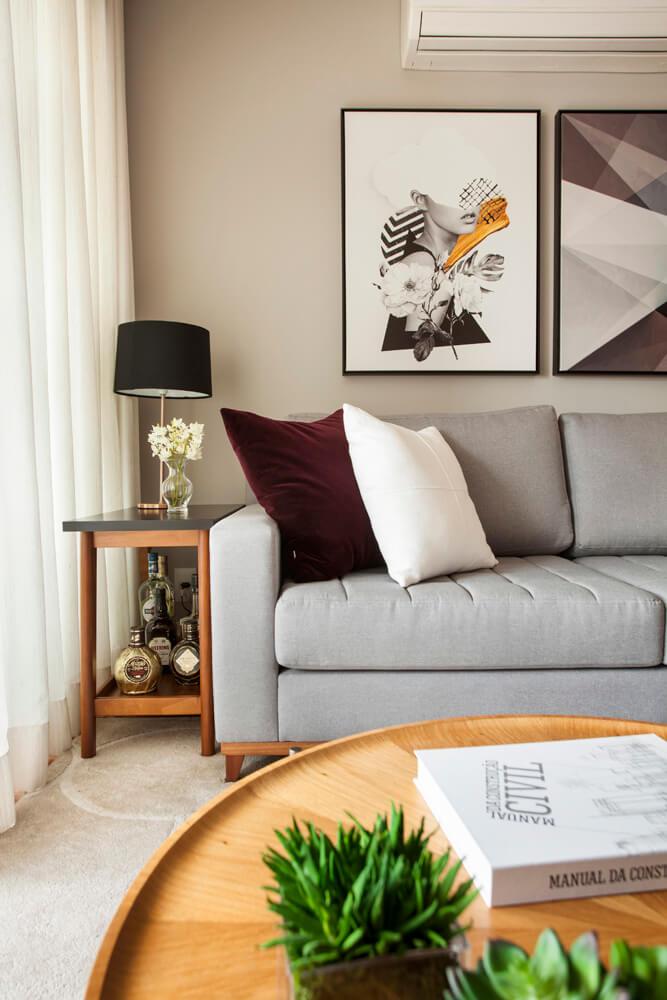 Detalhes com almofada e quadros Bordeaux